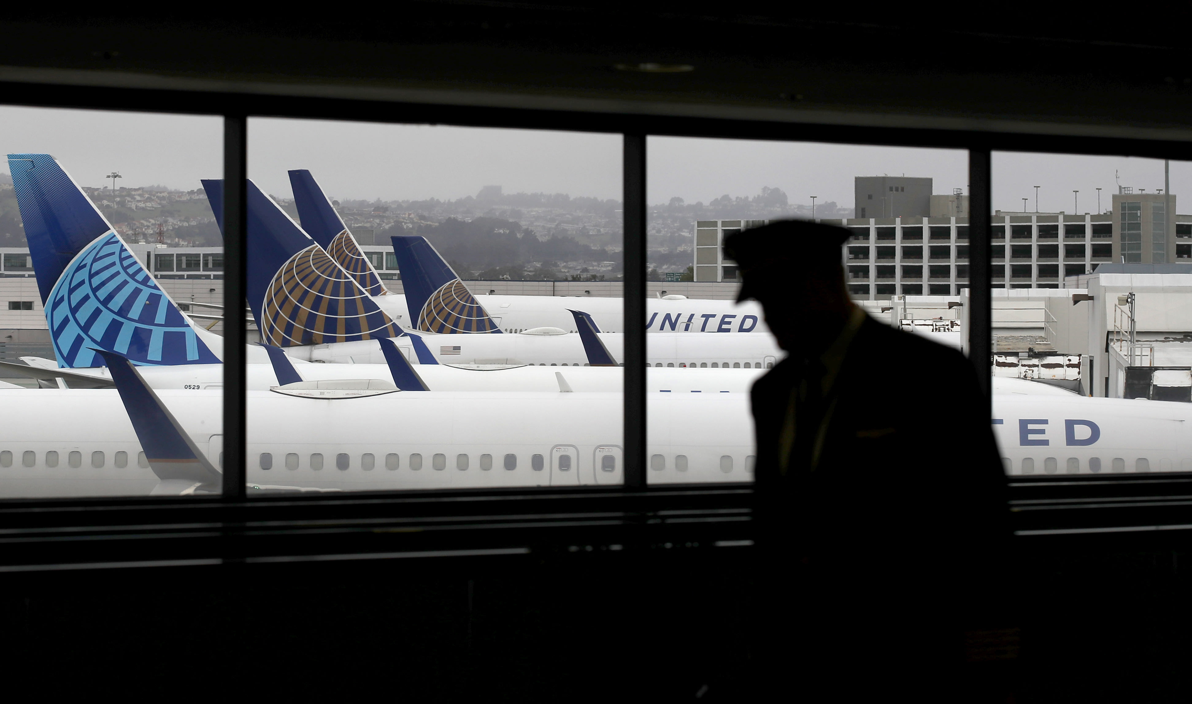 United warns it could furlough more pilots, extends voluntary leave deadlines
